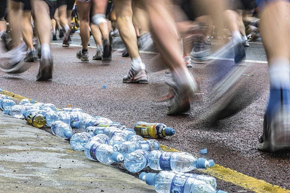 Toma a ras de piso de botellas de plástico y corredores