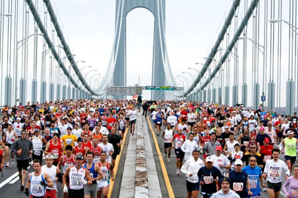 Corredores del Maratón de Nueva York en El puente Verrazano-Narrows