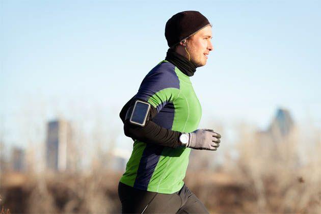 Hombre corriendo en época de frío