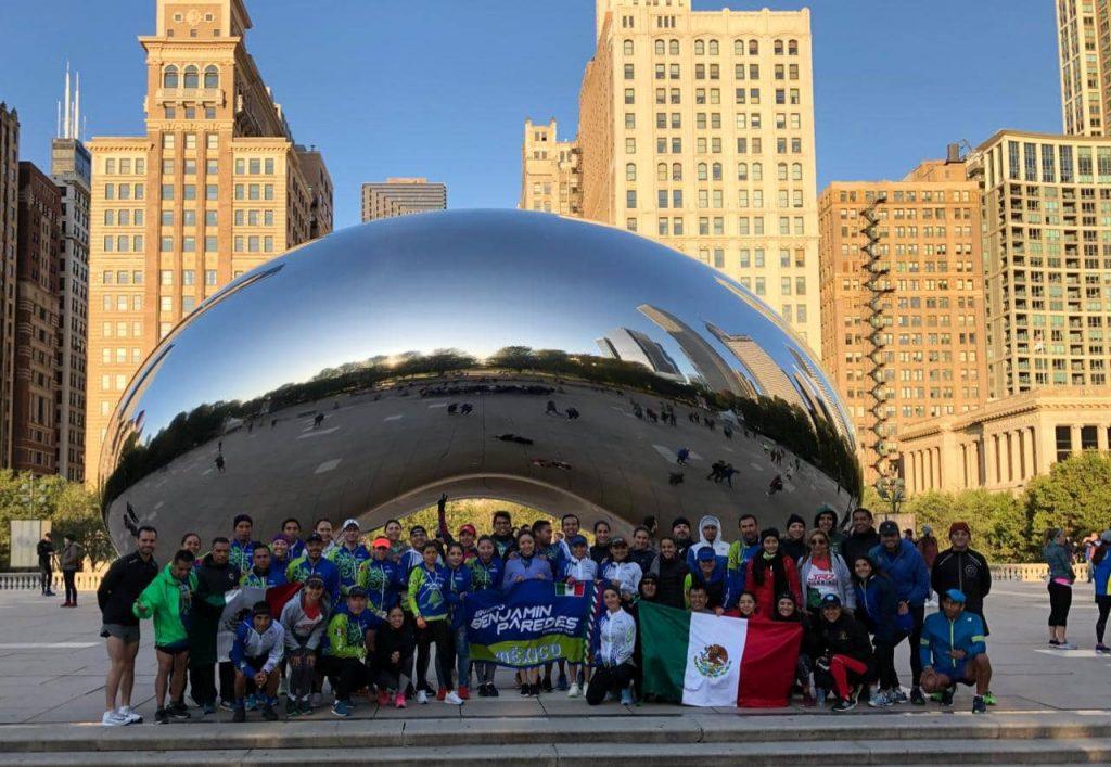 """Mexicanos en """"el frijol"""" una de las esculturas más emblemáticas de Chicago"""