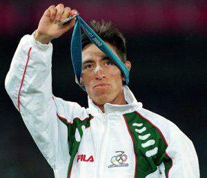 Noé Hernández recibe la medalla de plata en Sydney 2000