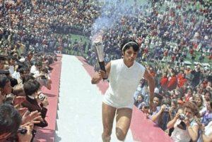 Enriqueta Basilio subiendo la escalinata del Estadio Olímpico Universitario