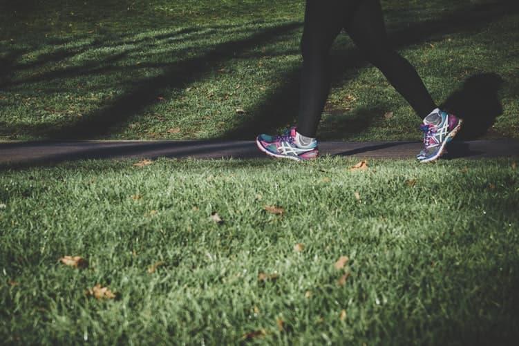 Mujer corriendo en parque