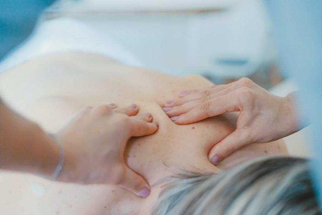 Terapeuta aplicando puntos de presión en espalda