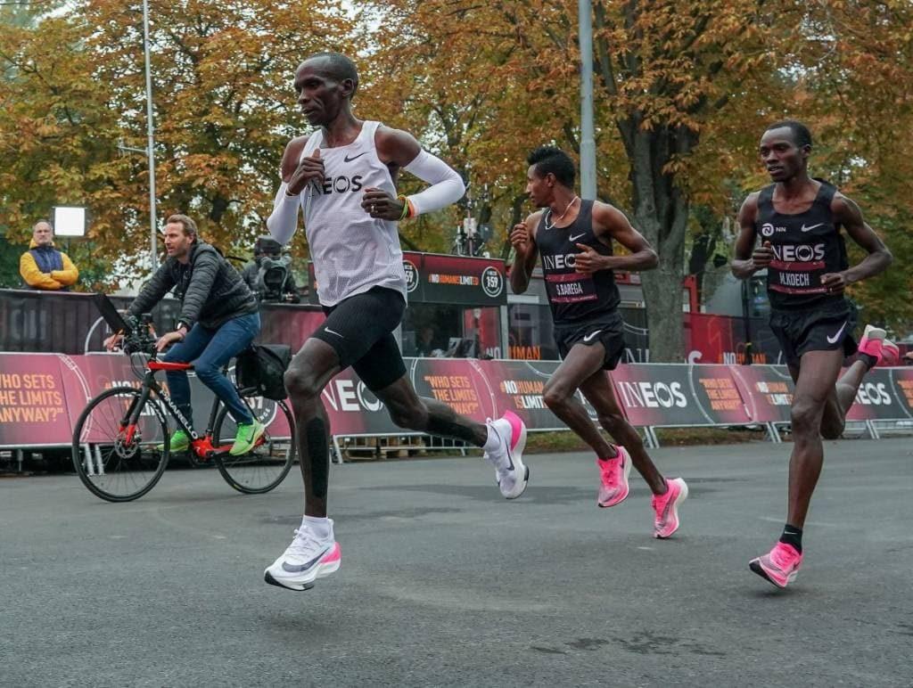 Eliud Kipchoge corriendo en INEOS