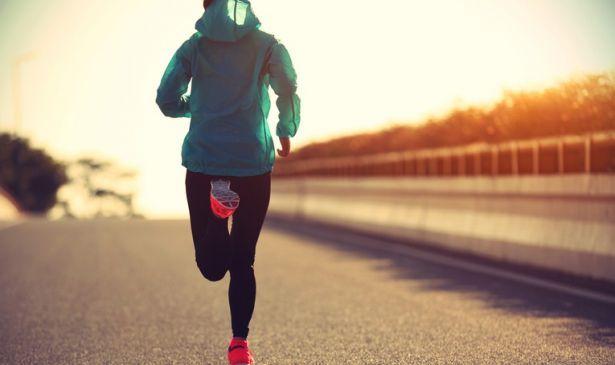 Persona corriendo sobre camino